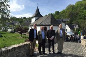 Freuten sich über die sanierte Kyll-Brücke: Bürgermeister Jan Lembach (v.l.), Ortsbürgermeister Reinhold Rader, Wolf Werth (Deutsche Stiftung Denkmalschutz) und Prof. Dr. Wolfgang Schumacher (NRW-Stiftung). Bild: Gemeinde Dahlem
