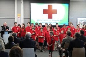 Rolf Zimmermann (links) plädierte mit dem Jugendrotkreuz dafür, die Welt hier und jetzt zu verändern. Bild: Michael Thalken/Eifeler Presse Agentur/epa