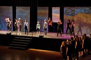 Rund 50 Jugendliche begeisterten das Publikum mit Gesang, Tanz und Schauspiel sowie Live-Musik. Bild: Tameer Gunnar Eden/Eifeler Presse Agentur/epa