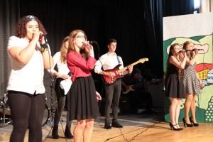 Die jungen Leute des Gymnasiums präsentierten ein musikalisches Programm, das 150 Jahre Musikgeschichte widerspiegelte. Bild: Michael Thalken/Eifeler Presse Agentur/epa