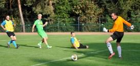 Borussen-Stürmer Mike Hanke (grünes Trikot) spitzelt den Ball an Torwart Dirk Scher vorbei zum 3:1. Foto: Reiner Züll