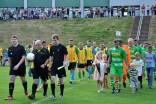 Das Schiedsrichtergespann Simon Happrich, Timo Ott und Kevin Ott aus Strempt führte die beiden Mannschaften auf das Spielfeld. . Foto: Reiner Züll