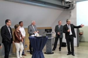 Markus Böhm, Geschäftsführer der ene-Unternehmensgruppe, begrüßte im Haus des regionalen Energiedienstleisters an die 30 Unternehmerinnen und Unternehmer aus Kall. Bild: Michael Thalken/Eifeler Presse Agentur/epa