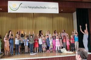Die Schulkinder zeigten den Gästen, was sie in der Freien Veytalschule Satzvey bereits gelernt hatten. Bild: Michael Thalken/Eifeler Presse Agentur/epa