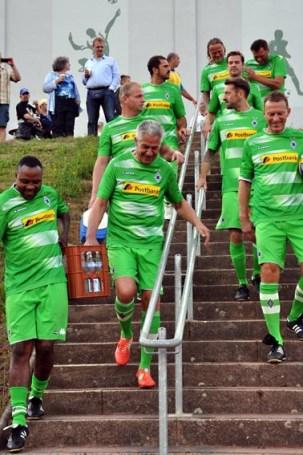 """Die Weisweiler-Kicker """"Mac"""" Younga-Mouhani (links) und Hans-Jörg Crien agierten nicht nur als Wasserträger der Mannschaft. Foto: Reiner Züll"""
