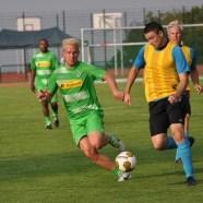 Stürmer-Star Mike Hanke (links) war in Mechernich der erfolgreichste Torschüzte. Er lieferte sich mit den Abwehrspielern der Bundeswehr-Elf so manchen Zweikampf. Foto: Reiner Züll