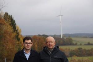 Die Ortsvorsteher Emmanuel Kunz (v.l.) und Karl Vermöhlen wollen über finanzielle Anreiße für mehr Akzeptanz für Windenergie sorgen. Foto: SPD Kall