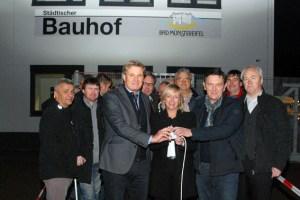 Bürgermeisterin Sabine Preiser-Marian (Mitte) übergab jetzt das neue Bauhofgebäude. Bild: Marita Hochgürtel