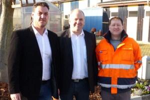 Thorsten Schönrath (v.l.), Abteilungsleiter Produktion und Technik der NEW Kuchenheim, mit Joachim Lück, Koordinator der dm-Verteilzentren in Deutschland, und  Andreas Berg vom NEW-Werkstattrat. Foto: NEW