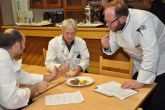 Hatten als Jury eine schwere Aufgabe: Die Küchenmeister Karl-Heinz Kruff aus Wolfgarten (Mitte), Ralf Berg aus Steffeln (links) und Christian Thürnich (rechts) aus Köln. Foto: Reiner Züll