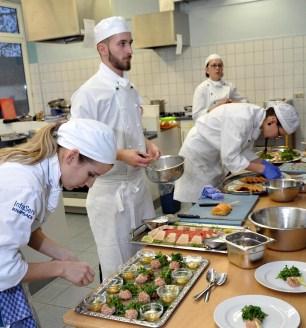In den Lehrküchen des Kaller Berufskollegs Eifel herrschte anlässlich des 39. Jugendwettbewerbes der gastronomischen Ausbildungsberufe ein emsiges Treiben. Kall. Foto: Reiner Züll