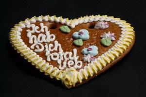Lebkuchenherzen können Kinder zum Valentinstag bei Möbel Brucker selbst gestalten. Bild: Reiner Züll