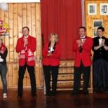 Vorstand, Rotröcke und Möhnen überraschten Ehrenmitglied Willi Hermanns. Foto: LB