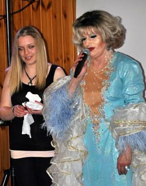 Zum Abschminken holte sich Regiina Red eine Assistentin aus dem Publikum auf die Bühne. Foto. Reiner Züll