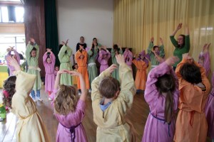 Die Kinder der ersten und zweiten Klasse begrüßten den Frühling auf farbenfrohe Weise mit Gesang und Tanz. Bild: Michael Thalken/Eifeler Presse Agentur/epa
