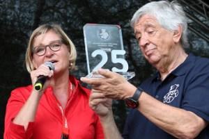 Iris Theisen von der DKMS überreichte Willi Greuel eine gläserne 25 zum Geburtstag der Hilfsgruppe. Foto: Reiner Züll