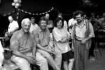 1997 verbrachten die Tschernobyl-Kinder erstmals die Ferien im Schullandheim Urft, wo sie vom Ehepaar Christine und Jürgen Augsten (rechts) bestens betreut wurden. Links im Bild der Kaller Unternehmer Karl Schumacher mit dem Hilfsgruppenvorsitzenden Willi Greuel. Zwischen Schumacher und Greuel im Hintergrund der damalige Geschäftsführer des Schullandvereins, Franz Gusinde. Foto: Reiner Züll
