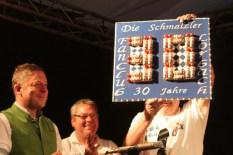 Eine Wandtafel mit einer aus Blutwurz-Fläschchen dargestellten 30 überreichte der Fanclub aus Lorbach. Foto: Reiner Züll