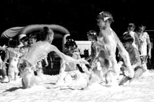 Die Schauparty, die die Feuerwehr Wahlen den Tschernobyl-Kindern bot, war 1998 das Highlight des Ferienaufenthaltes im Schullandheim Urft. Foto: Reiner Züll