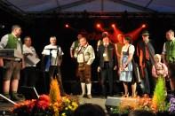 Einen Spendenscheck über 5000 Euro für ein Baby-Projekt der Kinderklinik Passau übergaben Vertreter der Hilfsgruppe Eifel im niederbayerischen Hohenau beim Frühliingsfest der Schmalzler. Foto: A. Züll