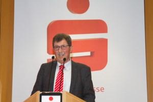 Der Vorsitzende der KSK-Kultur- und Sportstiftung, Josef Reidt, lobte das Engagement des Kreditinstituts, dessen Gewinne nicht an Aktionäre, sondern zu den Menschen in der Region flössen. Bild: Tameer Gunnar Eden/Eifeler Presse Agentur/epa