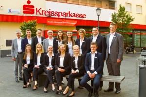 Die Jung-Banker freuen sich zusammen mit dem Vorstand und der Ausbildungsleiterin der KSK über vier Wochen Azubi-BC Zülpich. Bild: Tameer Gunnar Eden/Eifeler Presse Agentur/epa