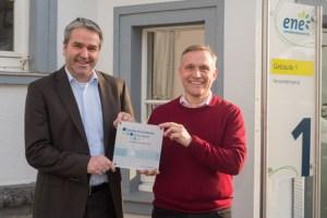 Freuten sich über die Re-Zertifizierung zum Familienfreundlichen Arbeitgeber: ene-Geschäftsführer Markus Böhm (links) und Walter Bornemann von der Personalentwicklung. Bild: ene
