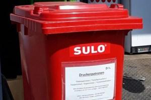 Am Abfallwirtschaftszentrum Mechernich dient die rote Tonne zum Sammeln von leeren Tonerkartuschen und Druckerpatronen. Foto: Kreis Euskirchen