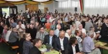 Bei der Lossprechungsfeier der Azubis war die Bürgerhalle in Disternich voll besetzt. Viele Gäste wohnten der Feier bei. Foto: Reiner Züll
