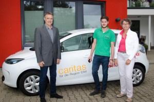 Rolf Schneider (l.) Geschäftsführer Caritas Eifel, will die Nutzung von E-Autos für den Wohlfahrtsverband testen. Foto: Arndt Krömer