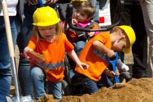 """Im """"Bob, der Baumeister""""-Outfit halfen die Kinder der Kita """"Kreismäuse"""" beim Spatenstich. Bild: Tameer Gunnar Eden/Eifeler Presse Agentur/epa"""