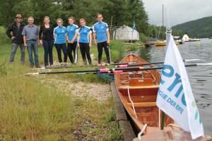 Theo Weidebach (v.l.), Sebastian Sammet, Sandra Ehlen und die jungen Leute vom Schülerruderverein präsentierten stolz das neue Holzboot. Bild: Michael Thalken/Eifeler Presse Agentur/epa