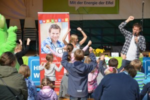 Kinderliedermacher Uwe Reetz animierte die Kinder nicht nur zum Mitsingen, sondern auch zum Mitmachen. Bild: Sandra Ehlen/ene
