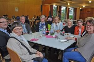 Peter Müller-Gewiss (links) und  Ehrenamtskoordinatorin Annette Kleinertz (rechts) am Tisch der Ehrenamtlichen. Bild: Carsten Düppengießer