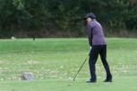 Schirmherrin Bettina Böttinger griff auch selbst zum Golfschläger. Bild: Tameer Gunnar Eden/Eifeler Presse Agentur/epa
