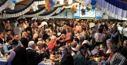 Das Festzelt war beim neunten Oktoberfest des Schmalzler-Fanclubs wieder rappelvoll. Foto: Reiner Züll