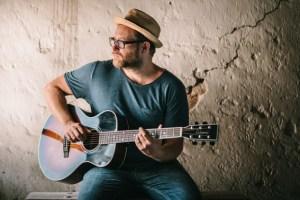 Hut, Bart, Gitarre: Der Singer-Songwriter Gregor Meyle. Foto: Axel Müller