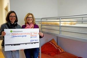 Pia Schön-Krebs und Jutta Reibold übergaben einen Scheck in Höhe von 730 Euro. Bild: Carsten Düppengießer