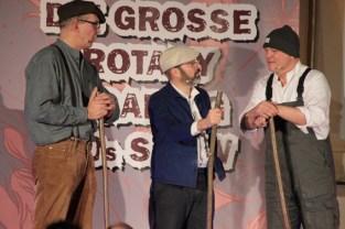Als Bühnenarbeiter hatten Dr. Ludwig Veltmann, Christoph Wagner-Gillen und Dr. Thomas Weinberger alle Hände voll zu tun. Bild: Michael Thalken/epa