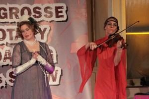 Stehgeigerin Lotta Corradini begleitete die Lebensgeschichte von Anastasia Iwanova mit der stets passenden Musik. Bild: Michael Thalken/Eifeler Presse Agentur/epa