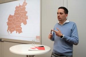 Der SPD-Kreistagsfraktionsvorsitzende Andreas Schulte berichtete der Presse von den großen Herausforderungen, die 2018 an den Kreis Euskirchen herangetragen werden. Bild: Michael Thalken/Eifeler Presse Agentur/epa