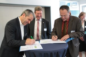 Markus Böhm (v.l.), Manfred Poth und Michael Arth bei der Ratifizierung des Vertrags. Bild: Michael Thalken/Eifeler Presse Agentur/epa