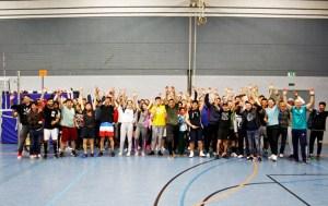 Die insgesamt acht gemischten Mannschaften der Euskirchener Volleyballnacht wurden per Losverfahren ermittelt, um die Jugendlichen in Kontakt zu bringen. Foto: Carsten Düppengießer
