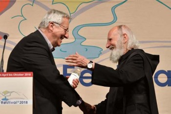 ELF-Festivalleiter Dr. Josef Zierden (links) begrüßte Publikumsliebling Pater Anselm Grün. Bild: Harald Tittel/ELF