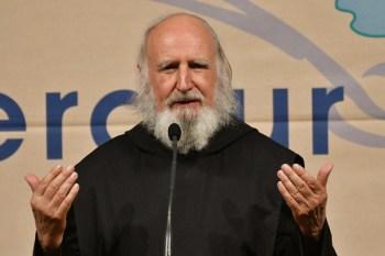 Pater Anselm Grün benötigt kein Skript, er hält seine Vorträge stets frei. Bild: Harald Tittel
