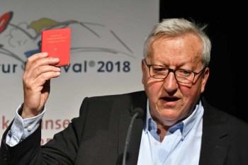 """Festivalleiter Dr. Josef Zierden stellte Gregor Gysi vor und las auch aus dem Büchlein """"""""Worte des Vorsitzenden Gregor Gysi"""" vor. Bild: Harald Tittel"""