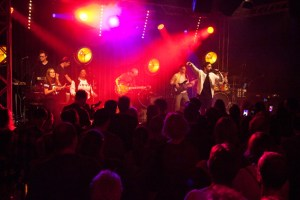 """Mit sieben weiteren Musikern """"rockte"""" Nico Gomez das Publikum im """"Alten Casino"""". Bild: Tameer Gunnar Eden/Eifeler Presse Agentur/epa"""