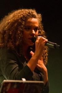 Persönliche Songs, die das Publikum berührten, brachte die Singer/Songwriterin Makela zu Gehör. Bild: Tameer Gunnar Eden/Eifeler Presse Agentur/epa