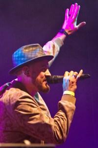 Heizte dem Publikum mit deutschsprachigem Rap ein: Simon Grohe. Bild: Tameer Gunnar Eden/Eifeler Presse Agentur/epa