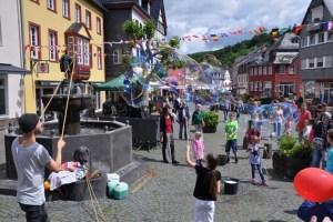 Auch Seifenblasenkünstler Michail will die Kinder unterhalten. Bild: Veranstalter